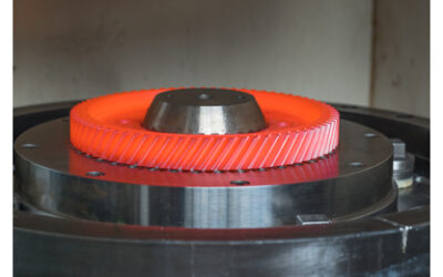 Faszination Technik: Glühendes Zahnrad in der Fixtur einer Härtemaschine